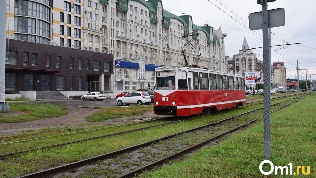 Возращение карт, новые-старые трамваи и скидка на проезд: что за месяц изменилось в омском транспорте