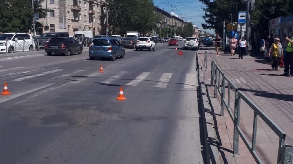 Увезли с сотрясением головного мозга: в Новосибирске 17-летняя девушка попала под колёса иномарки