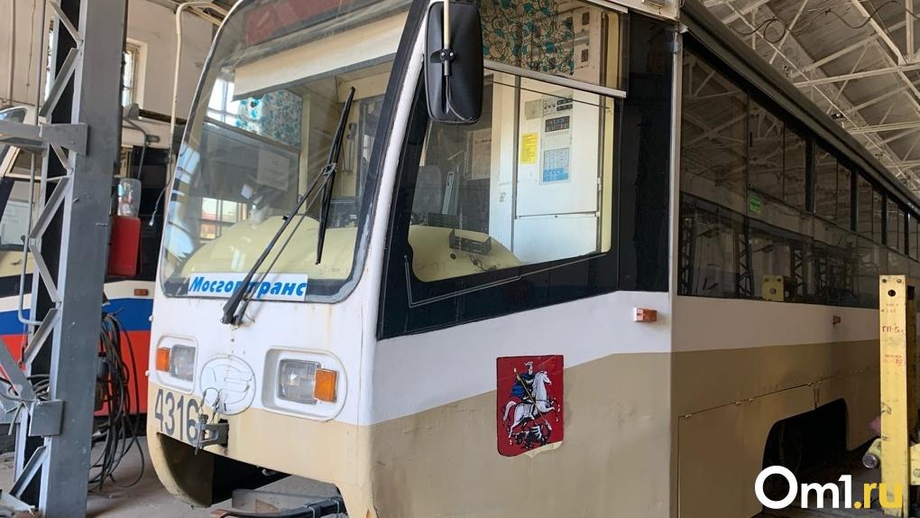 Герб Москвы, сыплющийся песок: как выглядят новые омские трамваи снаружи и изнутри