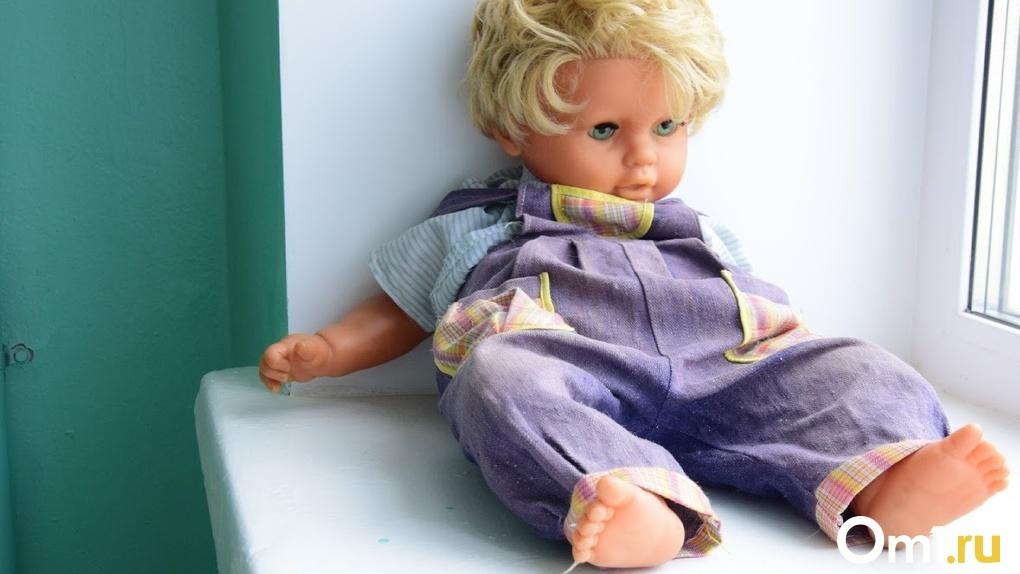 «Мужчина пинает в живот девочку лет четырёх»: омичи сообщили о жестоком обращении с ребёнком