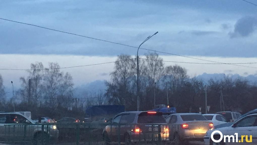 «Всё колом стоит»: новосибирцы полтора часа стояли в заторе из-за расширения улицы Петухова