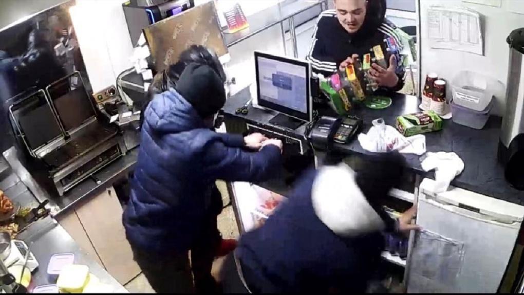 Четверо мужчин жестоко избили продавца киоска быстрого питания в Новосибирске