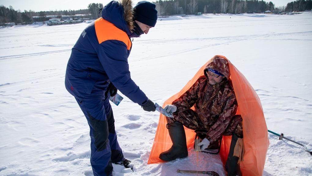 Лед истончился: спасатели предупреждают новосибирских рыбаков об опасности провалиться