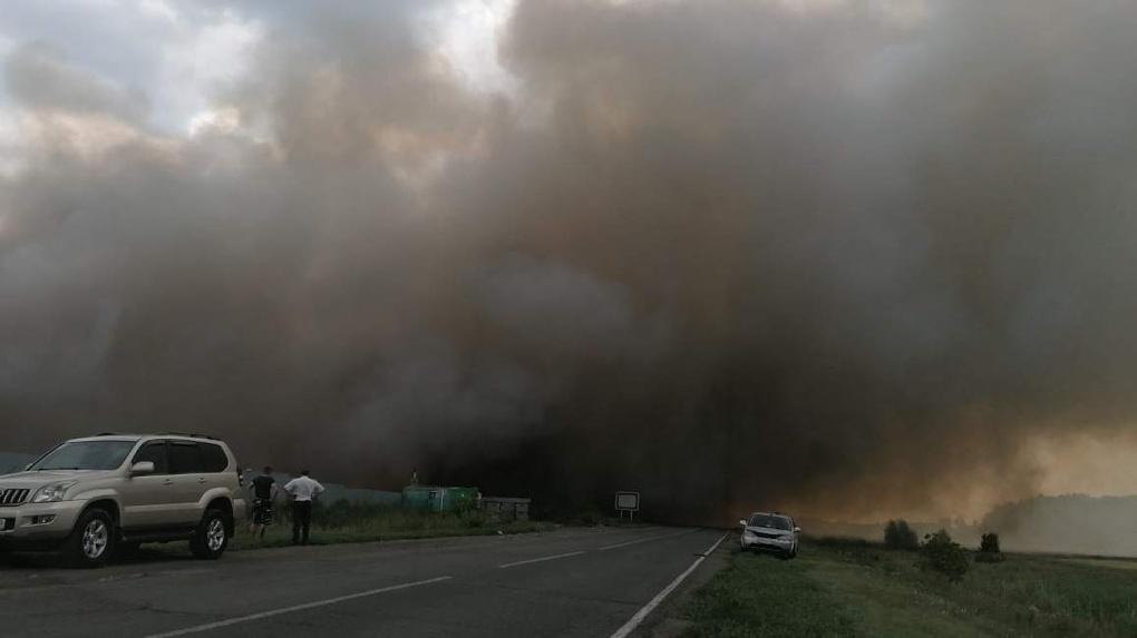 Под Омском несколько дней горит мусорный полигон