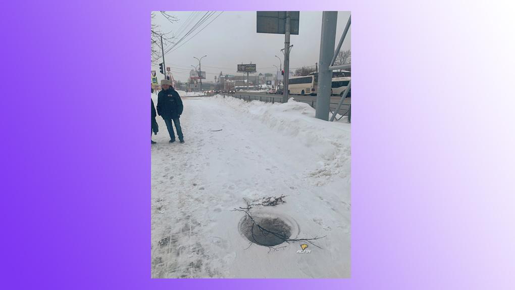 «Черная дыра» зияет на тротуаре ул. Большевистской в Новосибирске