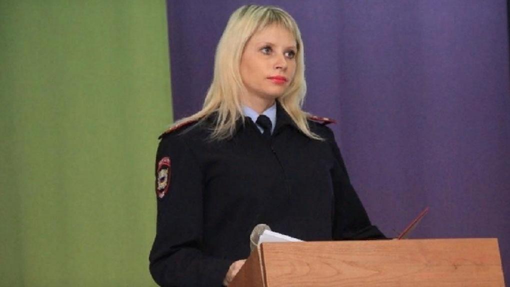 Уволенная за поголовные штрафы блондинка-полицейский из Новосибирска требует восстановить её в должности