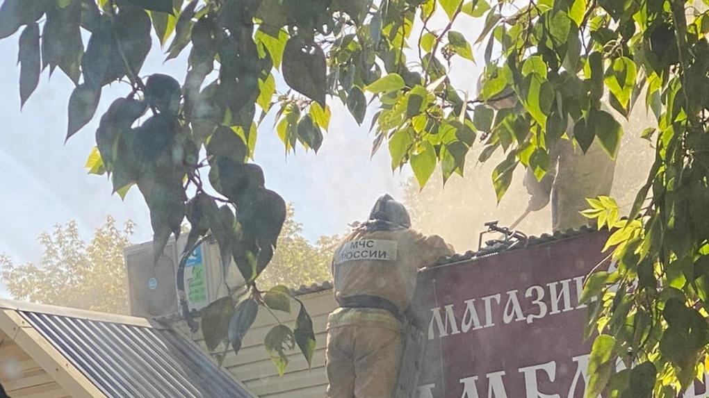 Омичи сняли на видео, как горит продуктовый магазин
