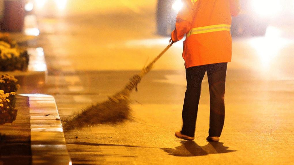 В День Омска рабочие подмели 4 900 000 квадратных метров дорог и тротуаров