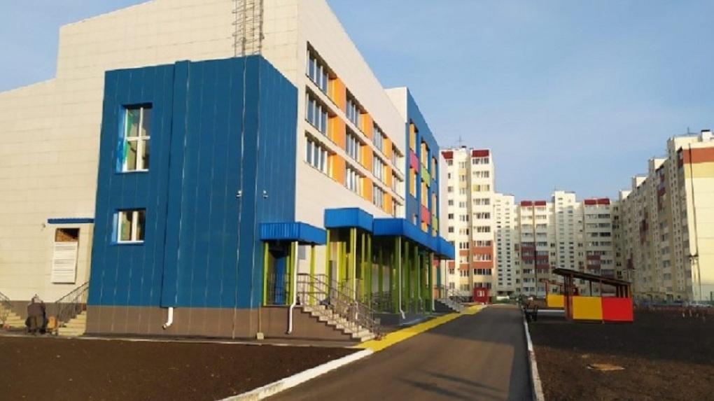 Лифты, тысяча учеников и пять спортзалов: в Омской области открыли самую большую школу в регионе