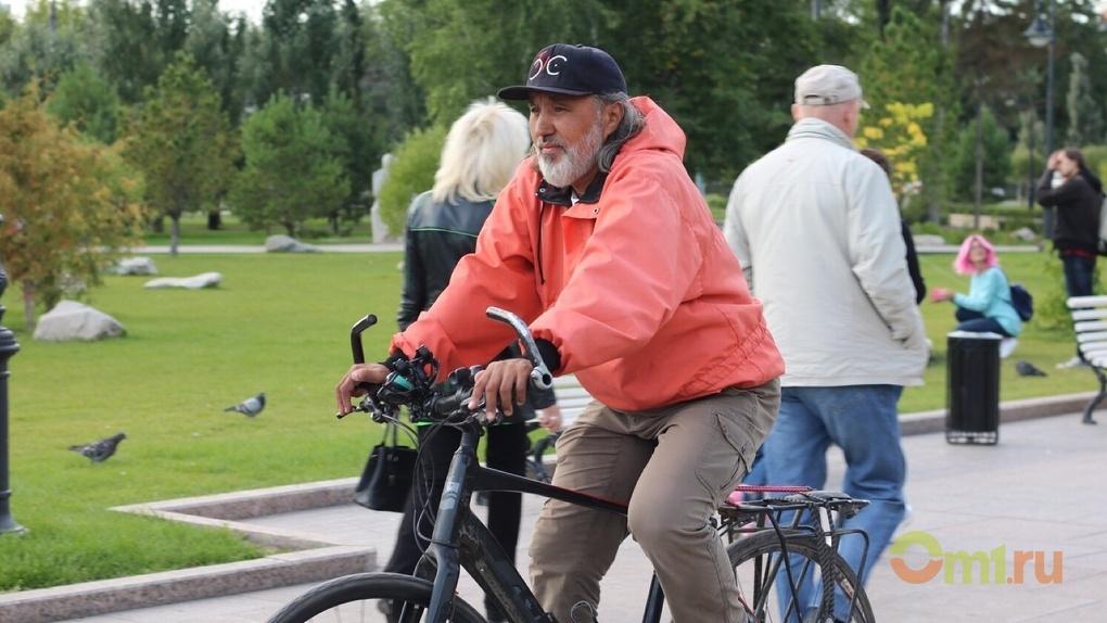 В Омске встретили путешественника, который проехал 35 стран на велосипеде