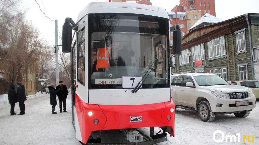 Пять печей, обзорные окна: в Омске протестировали новый трамвай на мягком ходу