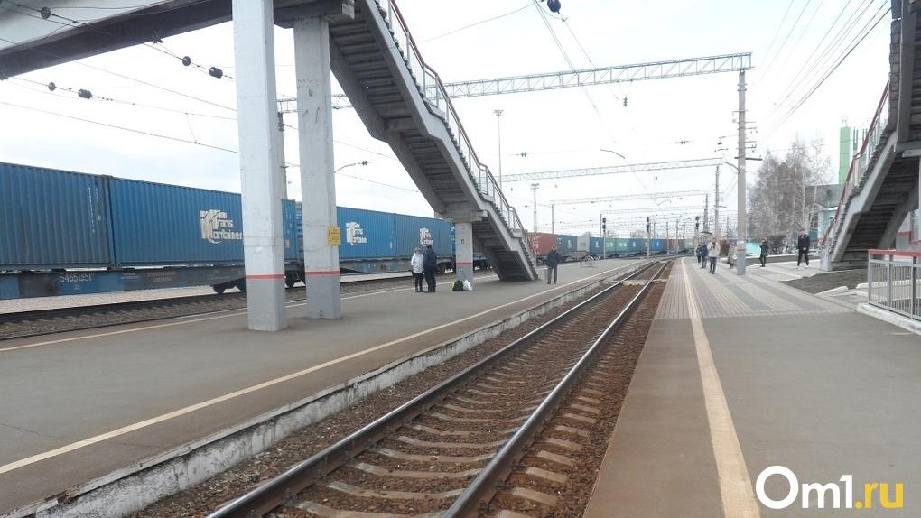 В Новосибирске спасли водителя грузовой машины, который едва не угодил под поезд