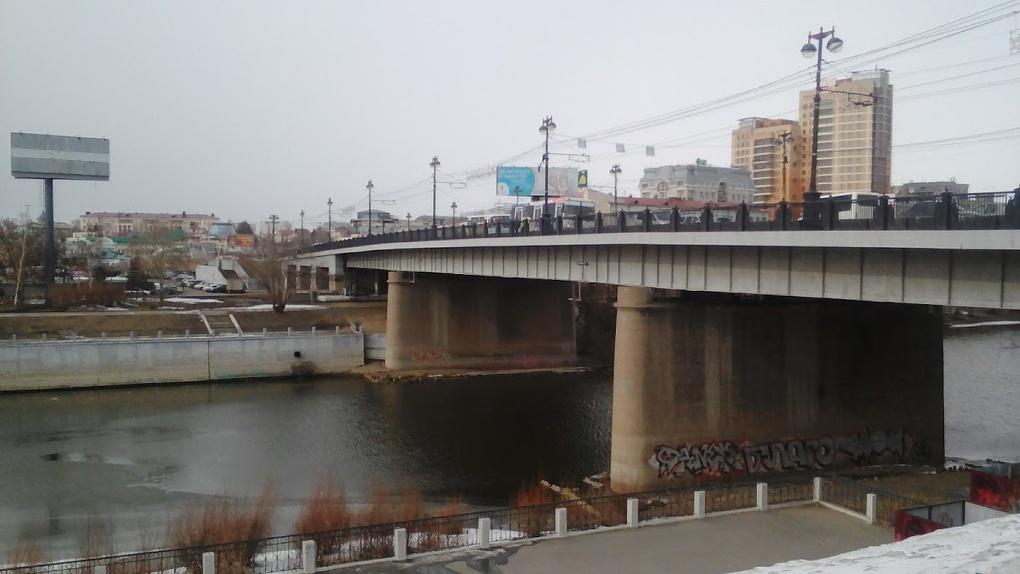 Молодой омич упал с моста