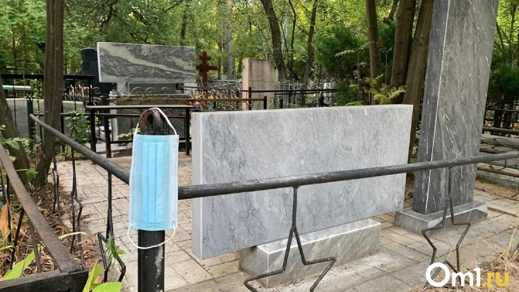 На омских кладбищах появились множественные свалки мусора