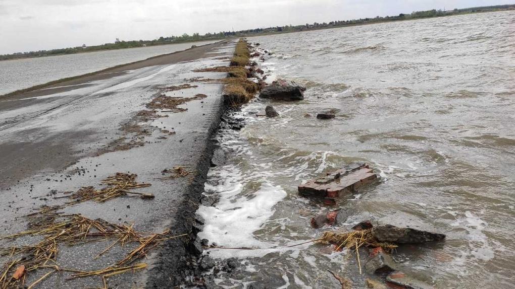 «Омская Венеция». Разлившееся озеро отрезает омское село от цивилизации