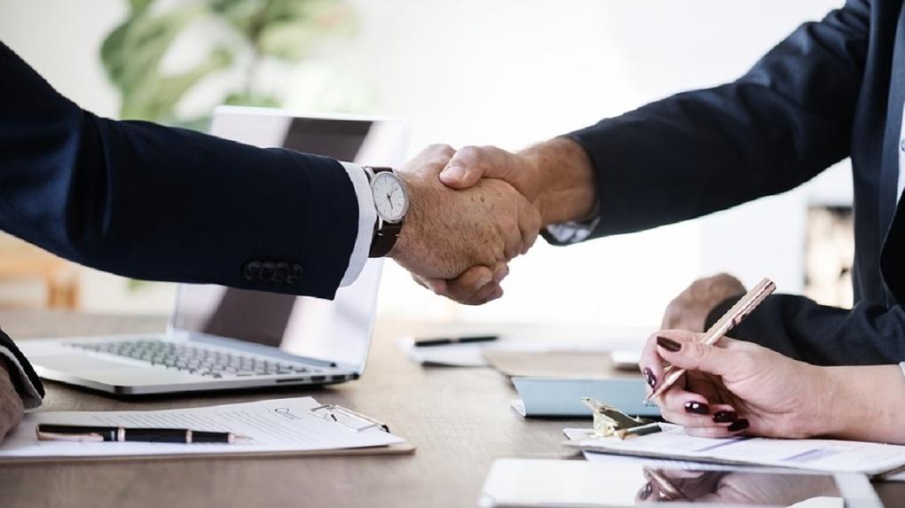 Банк «Открытие» отменяет комиссии для предпринимателей за выдачу денег в кассе для выплаты зарплаты