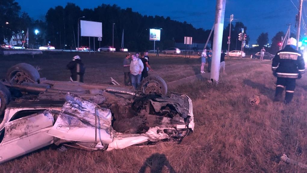 В Омске в результате жуткой аварии перевернулся автомобиль. Пострадала женщина