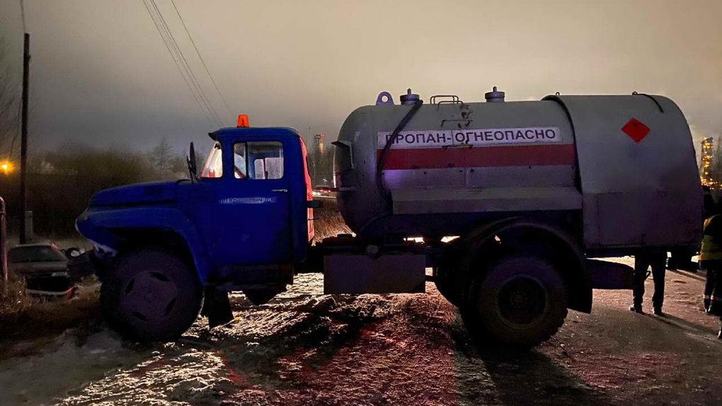 Момент смертельного столкновения легкового авто с ЗИЛом в Омске попал на видео