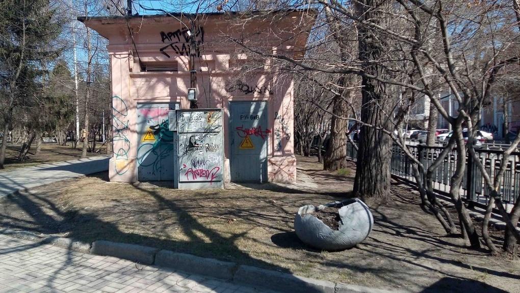 Вандалы разрушают Первомайский сквер в Новосибирске