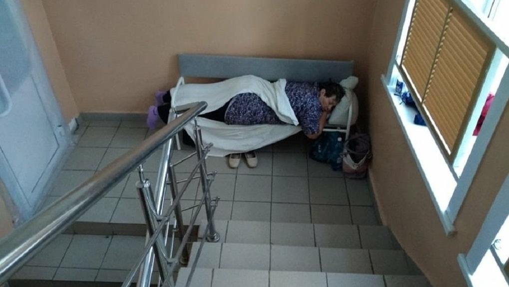 В больнице под Новосибирском ковидные пациенты вынуждены лежать между лестничными пролётами