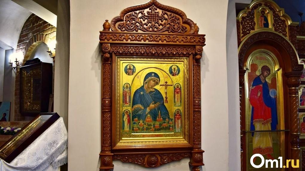 В Омске православные христиане отмечают праздник Святой Троицы