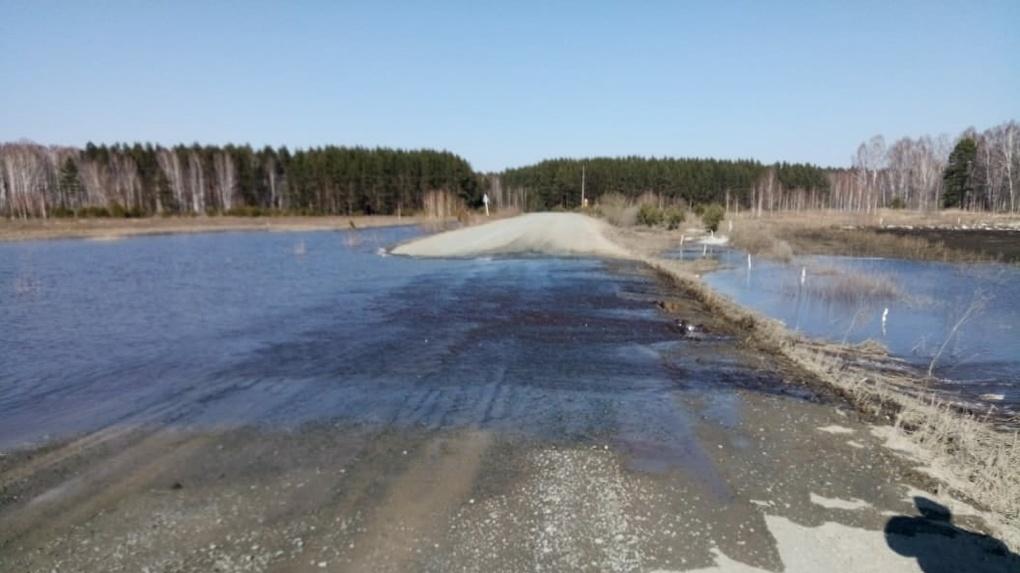 В Омской области талыми водами затопило трассу