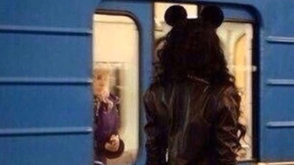 В новосибирском метро заметили девушку Микки Мауса
