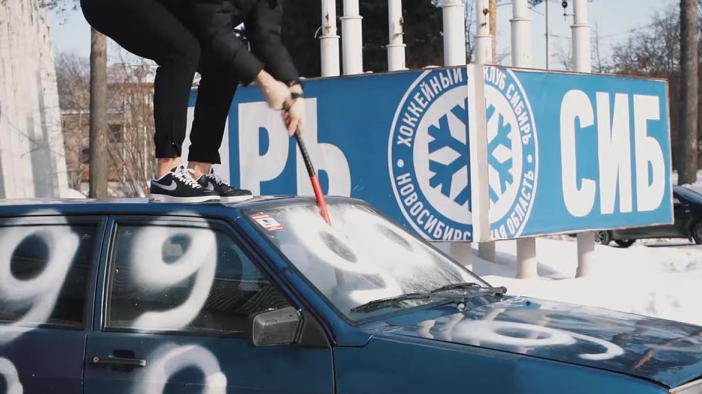 «Проклятие девятки» снято: новосибирские хоккеисты разбили ВАЗ-2109 в честь попадания в плей-офф