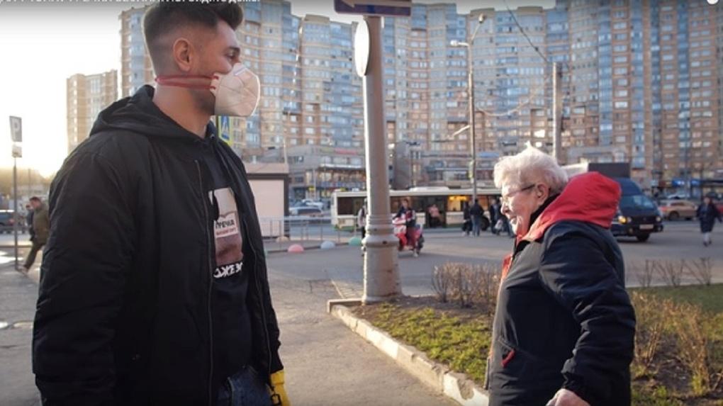 Видео до слез: жених Ольги Бузовой из Новосибирска раздавал на улицах столицы гречку и туалетную бумагу