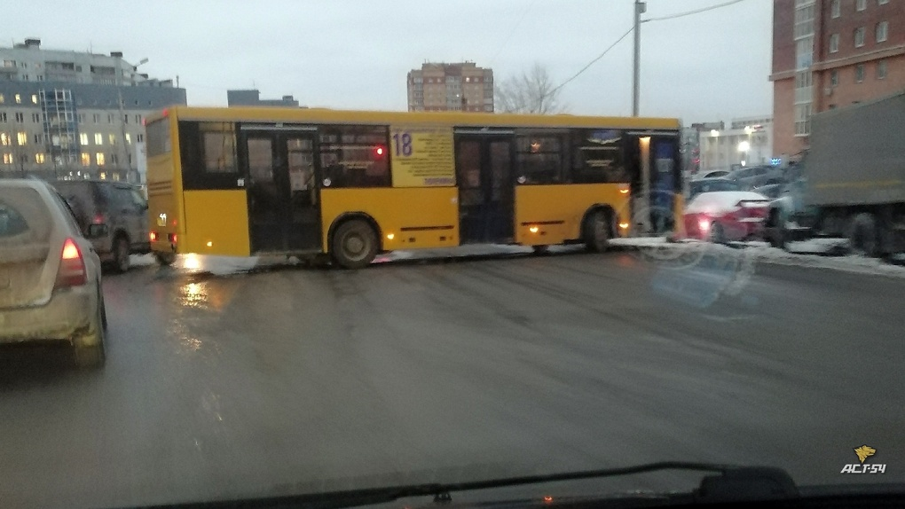 В Новосибирске автобус с пассажирами развернуло поперёк дороги