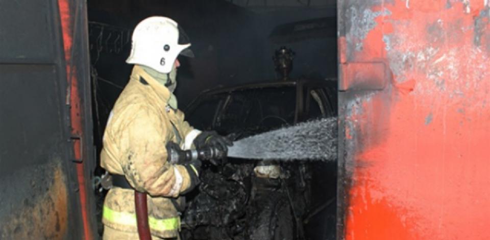 В Омске загорелся двухъярусный гараж