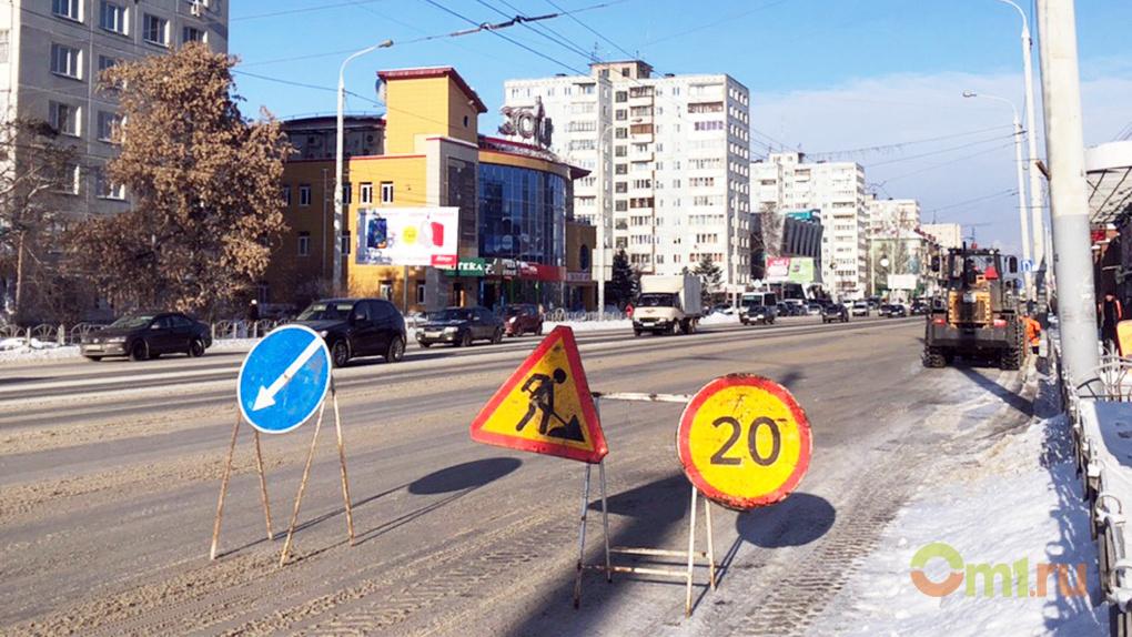В Омске начали чистить дороги под присмотром ГИБДД