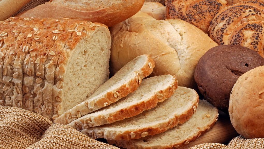 Омич снял видео из пекарни, где хлеб лежит на полу