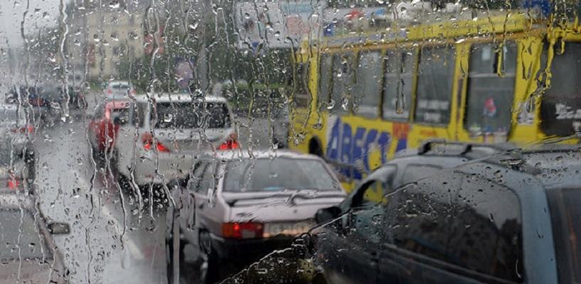 Из-за дождей центр Омска встал в больших пробках
