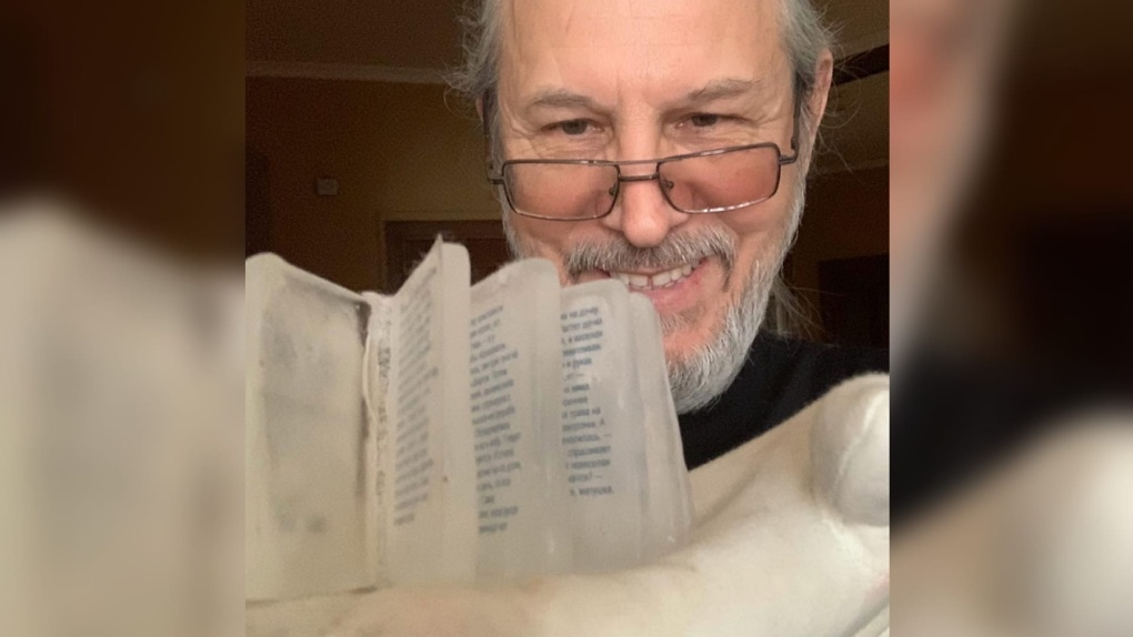 Омский микроминиатюрист сделал маленькую книгу изо льда со сказкой «Снегурочка»