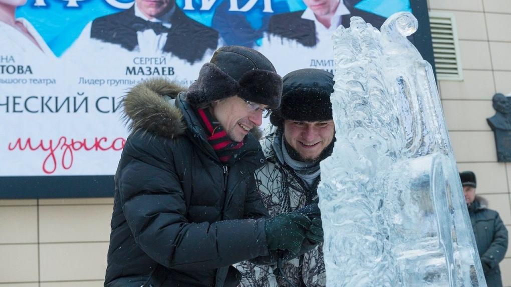 В Омске у Концертного зала появился ледовый городок