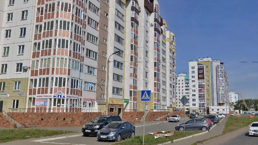 В подъезде дома в Омске лежал честный рецидивист