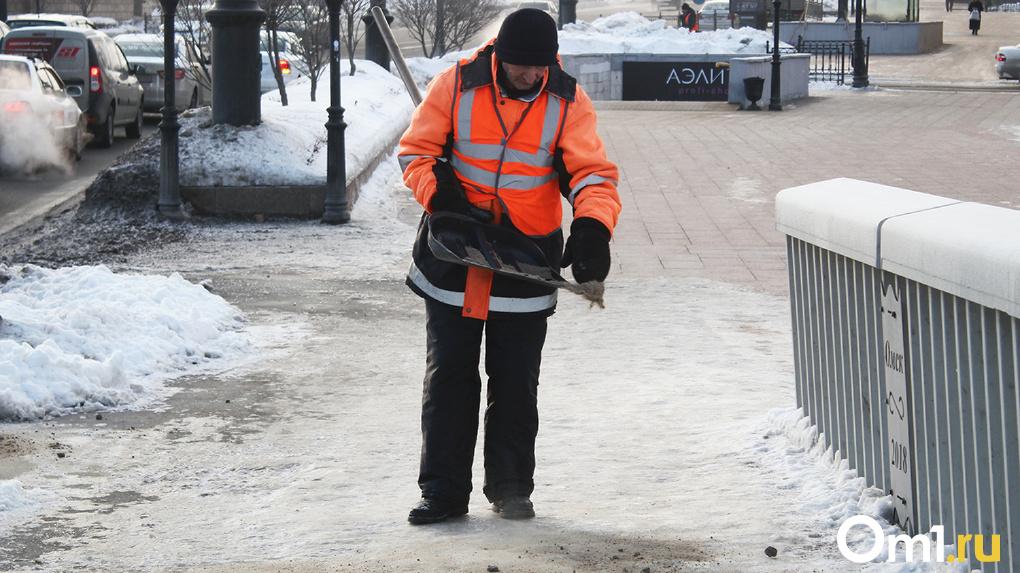 «Весь день на ногах». Омские дорожные рабочие рассказали, как трудятся в условиях погодных аномалий
