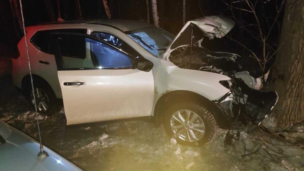 Смертельная авария: девушка на кросовере врезалась в дерево в Новосибирске