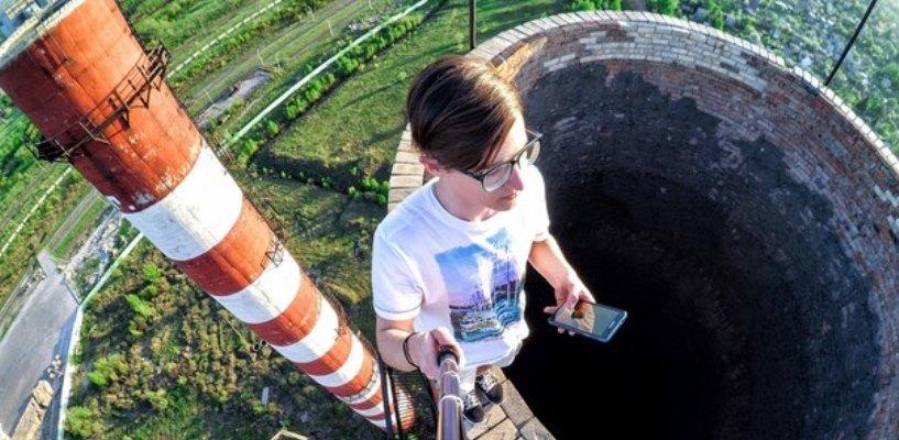 Омич показал смертельный номер, сделав селфи на 95-метровой трубе