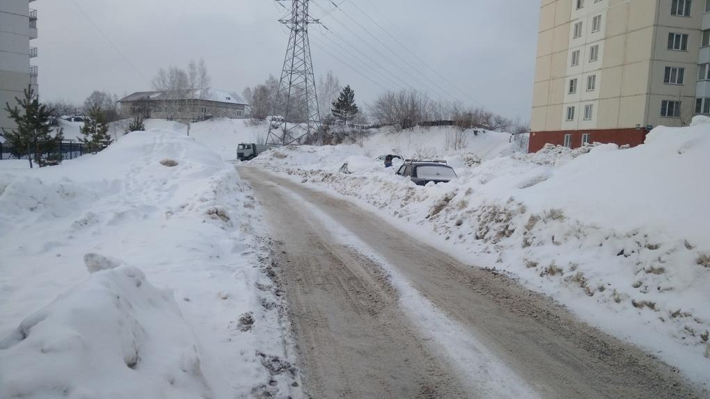 Новосибирцы жалуются на УК, превратившую их дворы в снежные полигоны для выживания