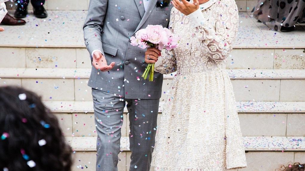 Поцелуи не воспрещаются: в период самоизоляции в Омске экстренно поженились 69 пар