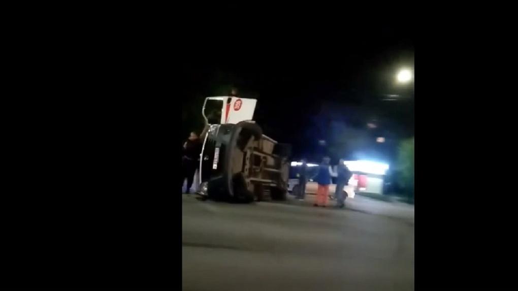 В Омске на Красном Пути перевернулась машина скорой помощи, пострадала фельдшер (видео)