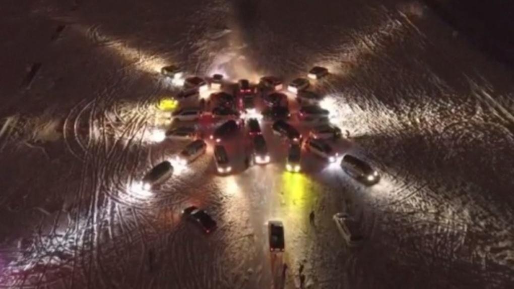 Новосибирские автомобилисты составили из 30 машин новогоднюю снежинку