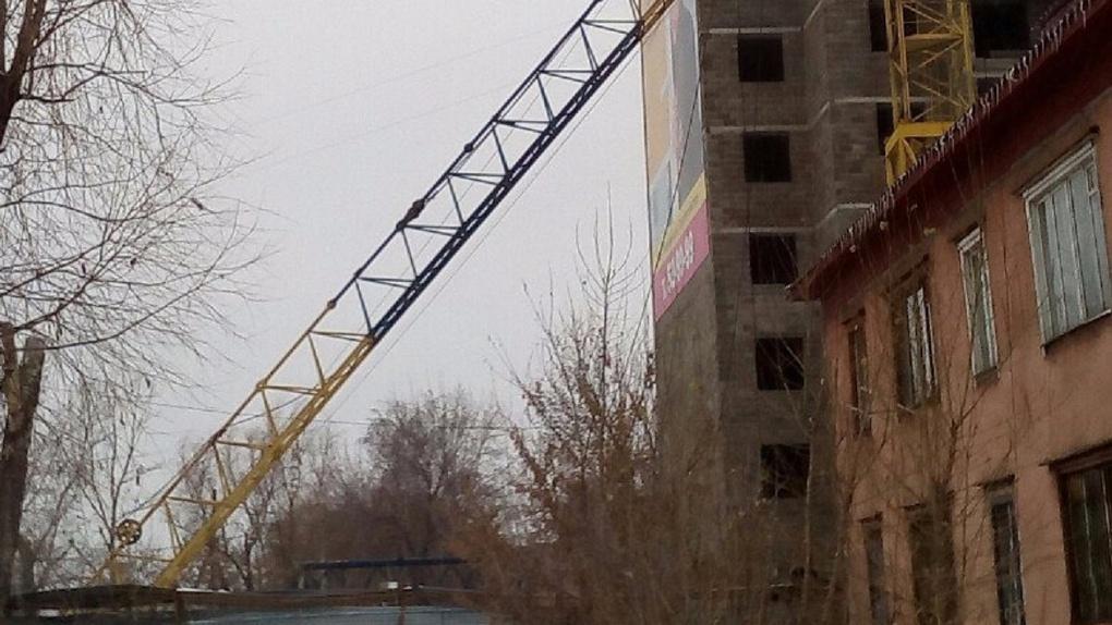 На стройке в Омске рухнула стрела крана