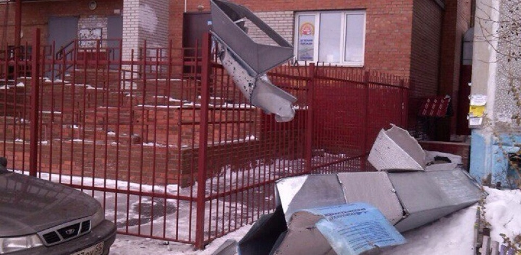 Сорвавшийся с бани каркас вентиляции сломал забор жилого дома в Омске