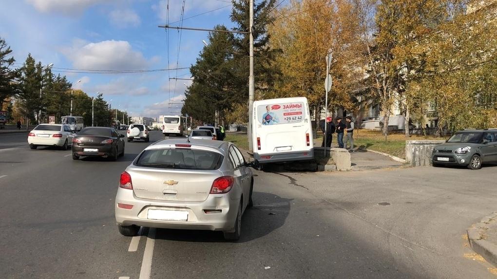 Следователи проверят причину столкновения маршрутки и «Шевроле» в центре Омска