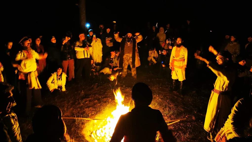 Омичи устроили фестиваль «Солнцестояние» в Окунево, несмотря на просьбы местных не приезжать