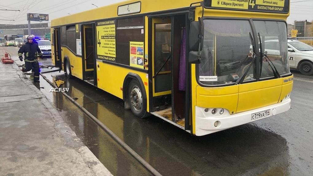 Гигантская пробка образовалась на Димитровском мосту из-за вспыхнувшего автобуса