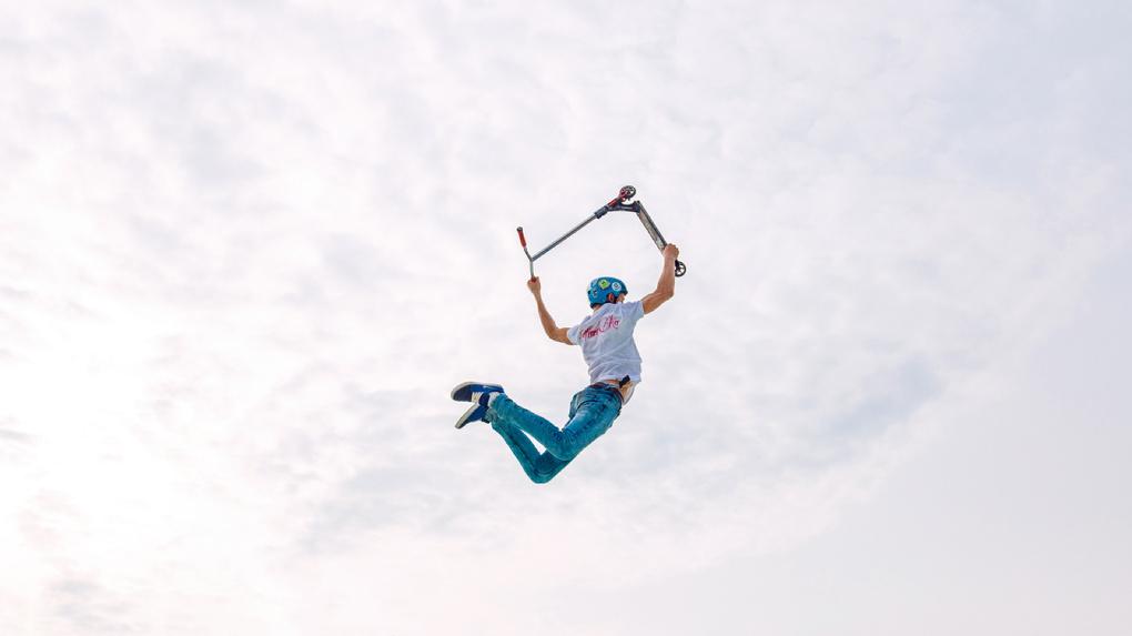 Омский скейтбордист сбежал через забор с чужим самокатом